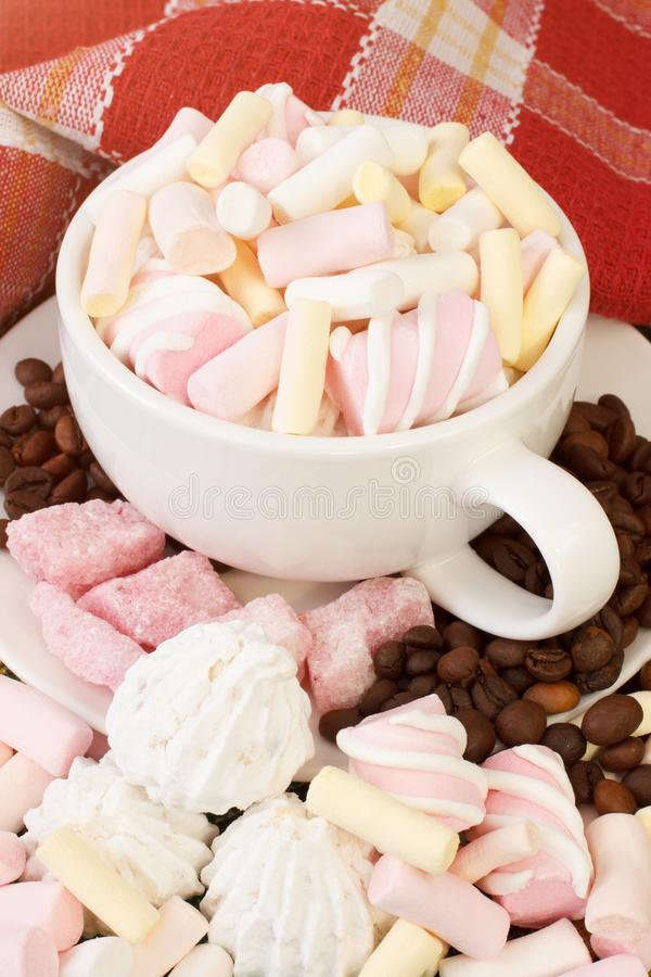 Filiżanka marshmallows słodcy z kawowymi beens obrazy stock