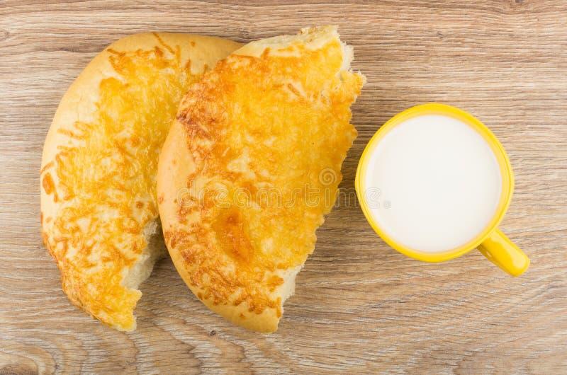 Filiżanka mleko, kawałki płaski chleb z serem obrazy royalty free