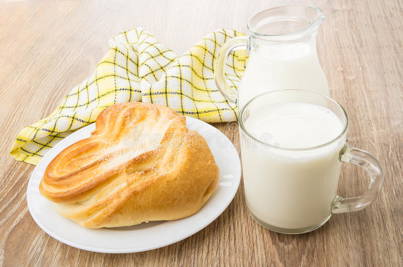 Filiżanka mleko, miotacz, pielucha i babeczka z cukierem, obrazy stock