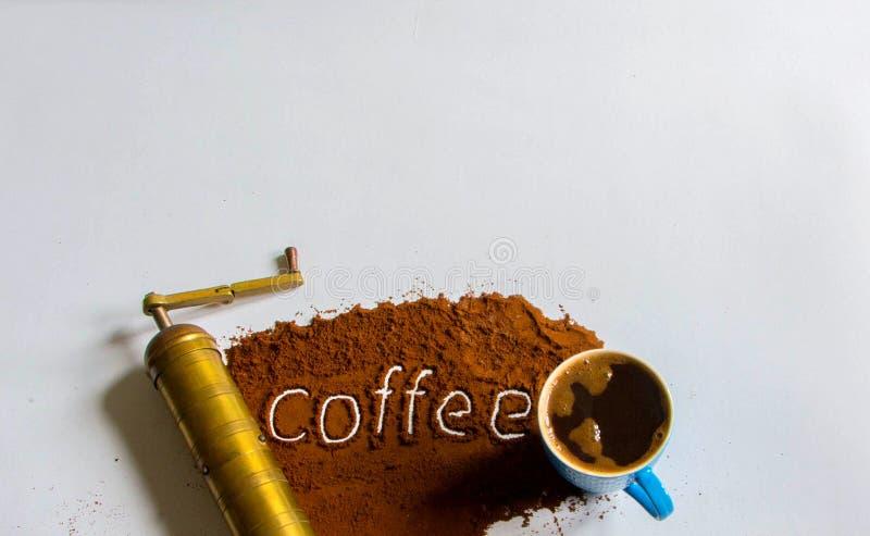 Filiżanka pełno czarna kawa z stary wyga mosiężnym kawowym młynem obrazy royalty free