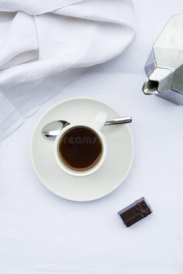Filiżanka, praline i kawowy producent zdjęcie royalty free