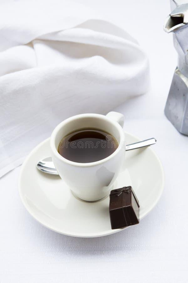 Filiżanka, praline i kawowy producent obraz stock