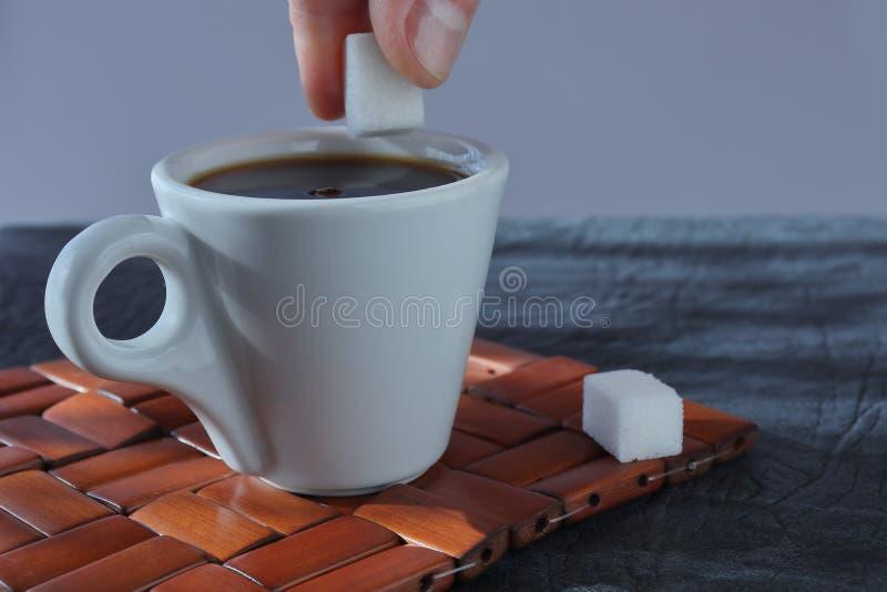 Filiżanka ranek aromatyczna krzepiąca kawa na łozinowym drewnianym stojaku fotografia stock