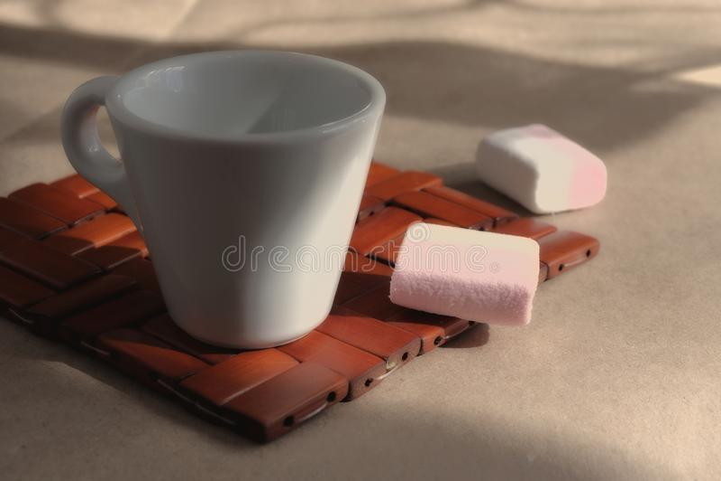 Filiżanka ranek aromatyczna krzepiąca kawa na łozinowym drewnianym stojaku obraz stock
