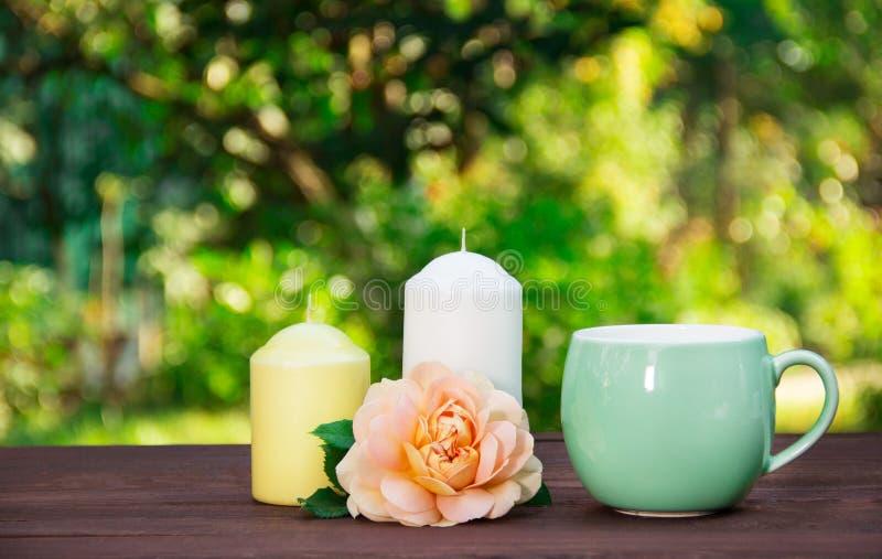 Filiżanka relaksująca herbata w lato ogródzie Wieczór herbata w wygodnej atmosferze obrazy stock