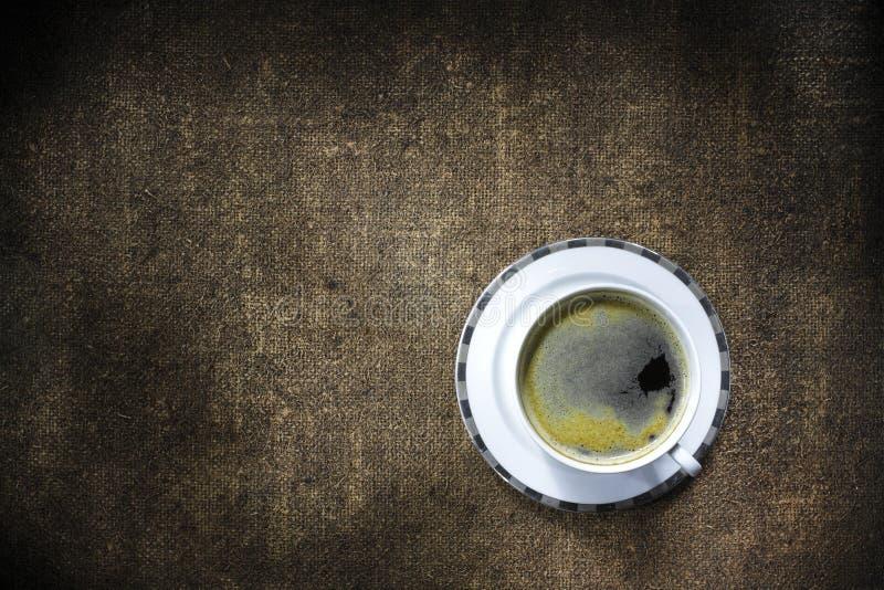 Filiżanka silna kawa na rocznik powierzchni fotografia royalty free