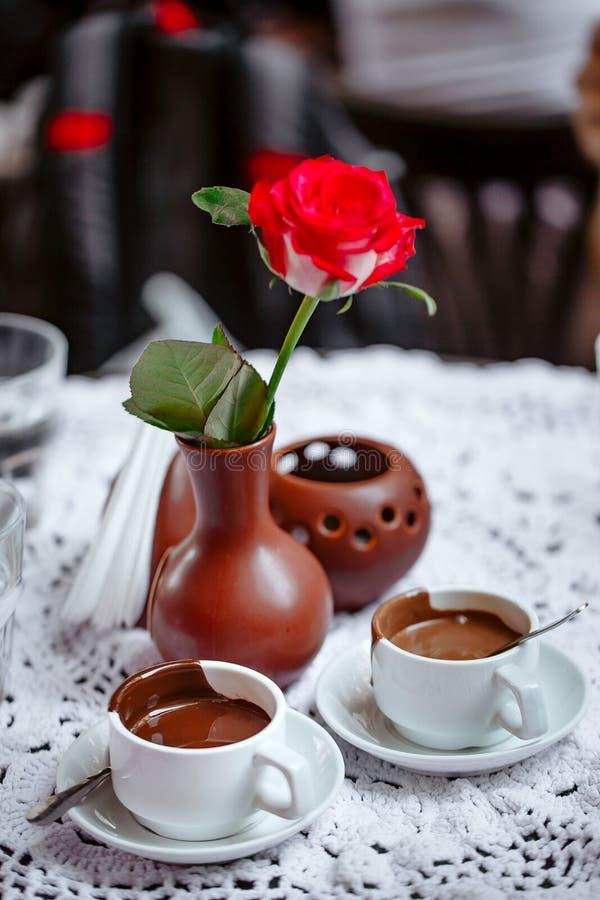 Filiżanka smakowita gorąca czekolada na drewnianym tle, zbliżenie gorąca czekolada w białego kubka płytkiej głębii pole fotografia royalty free