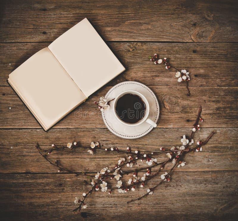 Filiżanka spodeczka kawowej białej książki drewniany tło obrazy royalty free