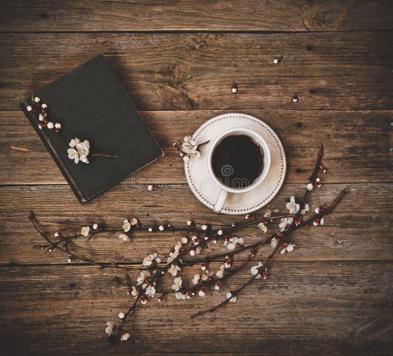 Filiżanka spodeczka kawowej białej książki drewniany tło zdjęcie stock