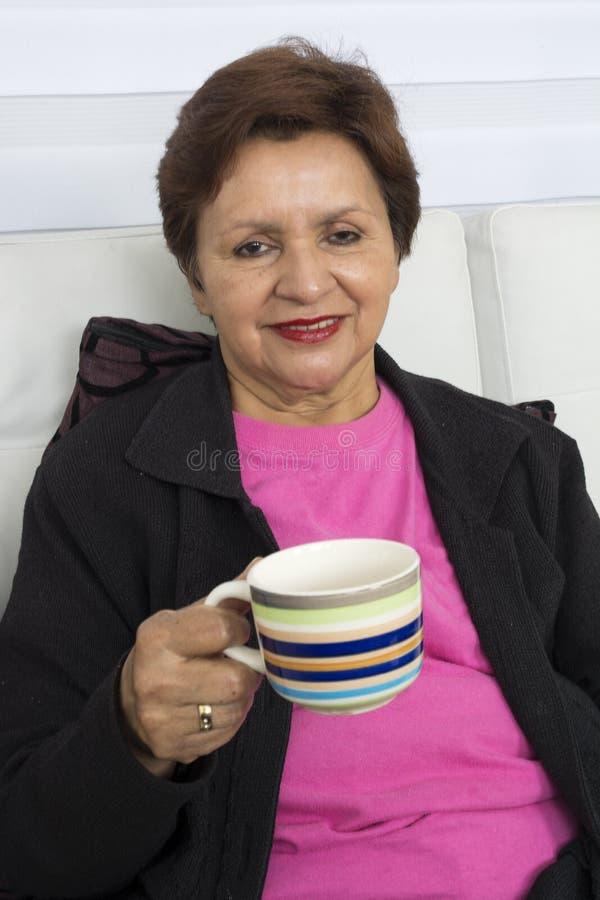 filiżanka target234_0_ starszej herbacianej kobiety zdjęcia royalty free