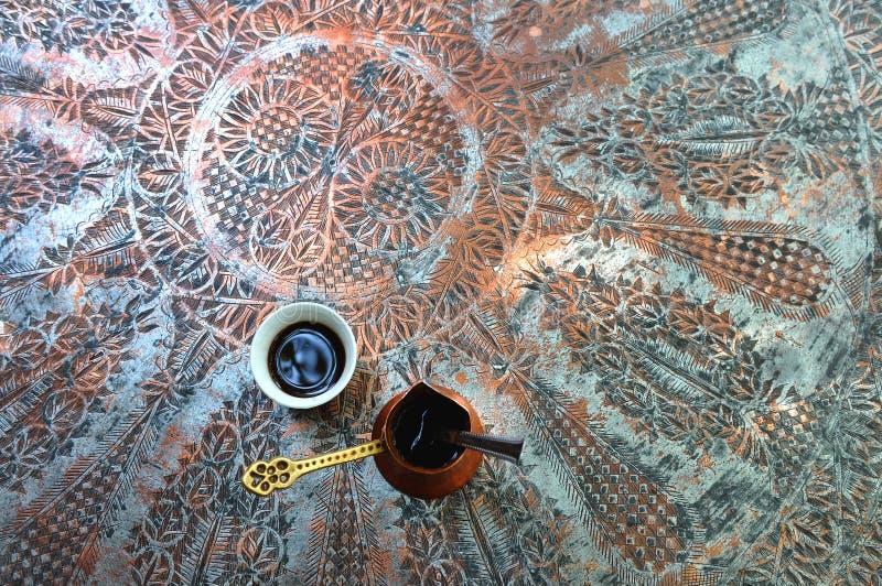 Filiżanka tradycyjna Turecka kawa na mosiądza stole zdjęcia royalty free
