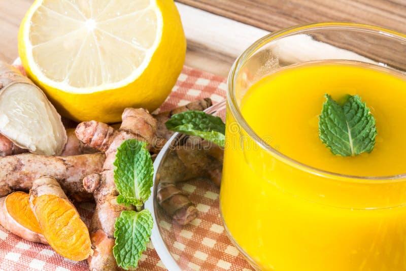 filiżanka Turmeric herbata z cytryną i imbirem, korzyści dla zdjęcie stock