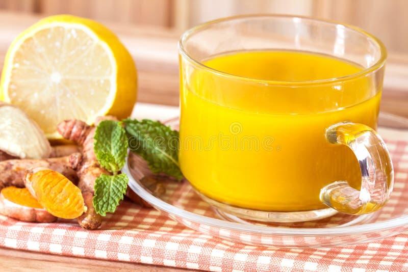 filiżanka Turmeric herbata z cytryną i imbirem, korzyści dla zdjęcia stock