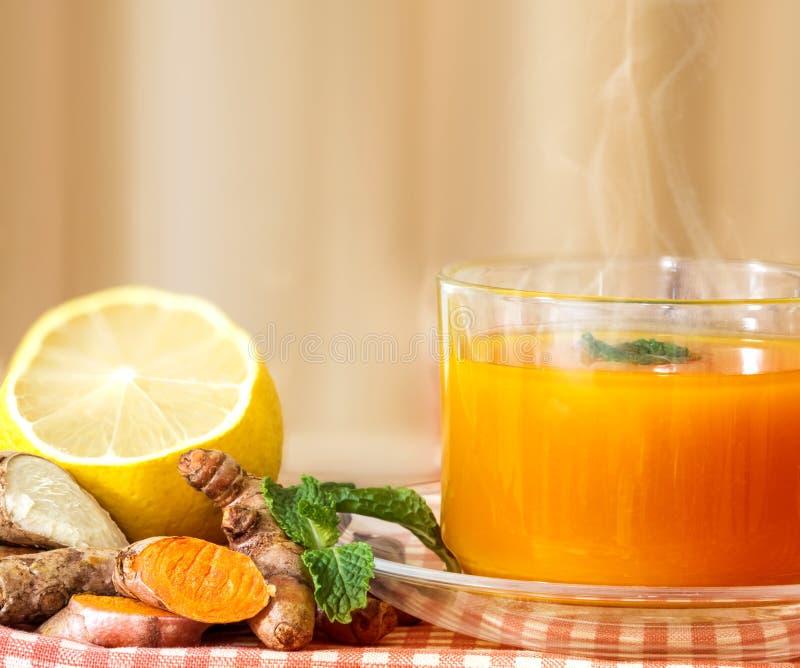 filiżanka Turmeric herbata z cytryną i imbirem, korzyści dla reduc obrazy stock