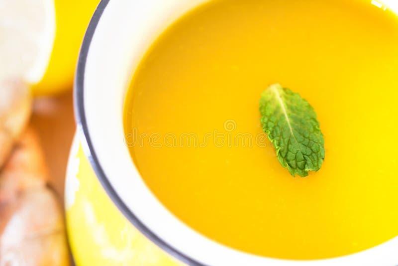 filiżanka Turmeric herbata z cytryną i imbirem, korzyści dla reduc zdjęcie stock