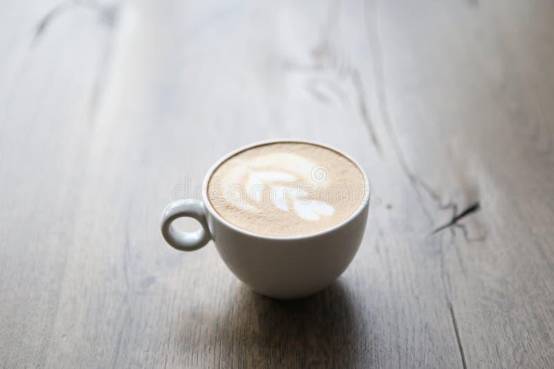 Filiżanka w sklep z kawą Cappuccino w białym szkle z drucianym rysunkiem na mleku spienia zdjęcia royalty free