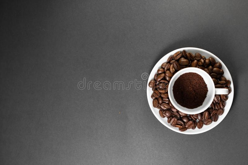 filiżanka z świeżo mleć piec kawowymi fasolami z owoc od kawowej rośliny z talerzem fotografia stock