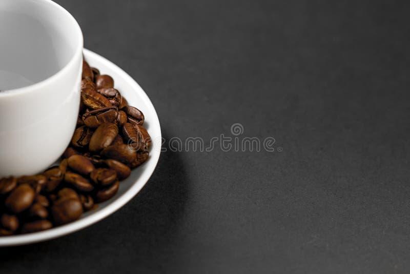 filiżanka z świeżo mleć piec kawowymi fasolami z owoc od kawowej rośliny z talerzem zdjęcie royalty free