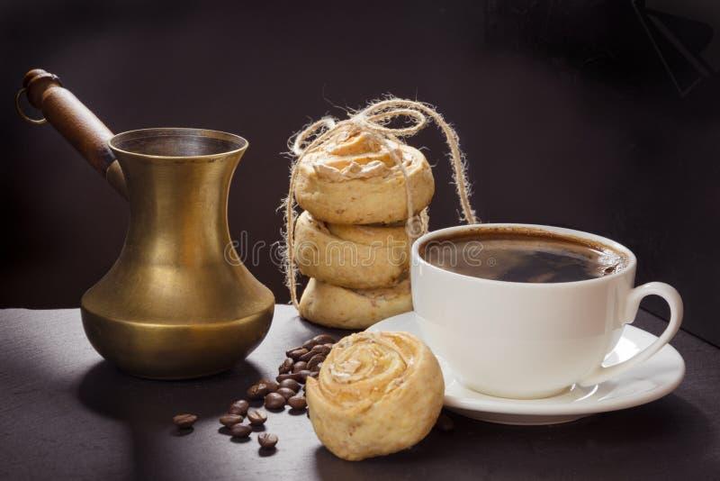 Filiżanka z ciastkami na czerń łupku naczyniu i czarna kawa i stary miedziany cezve przestań tła rogalik filiżanki kawy sweet fotografia stock