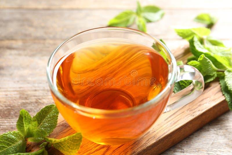Filiżanka z gorącą aromatyczną nową herbatą i świeżymi liśćmi fotografia stock