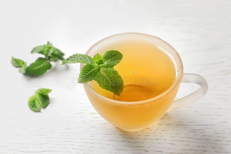 Filiżanka z gorącą aromatyczną nową herbatą i świeżymi liśćmi obrazy stock