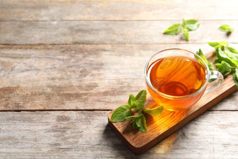Filiżanka z gorącą aromatyczną nową herbatą i świeżymi liśćmi fotografia royalty free