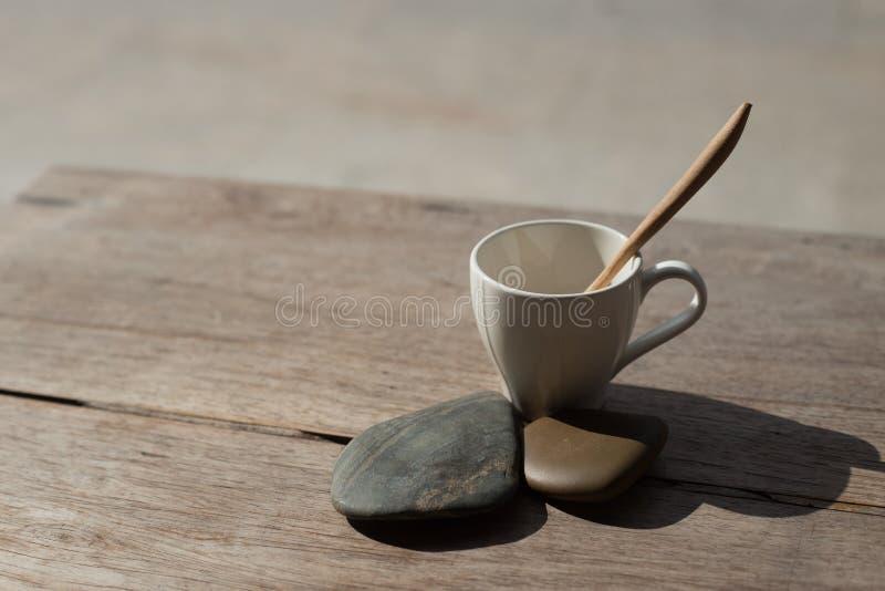 Download Filiżanka Z Herbacianą łyżką Na Kamiennym Tle Zdjęcie Stock - Obraz złożonej z sklep, kubek: 57667960