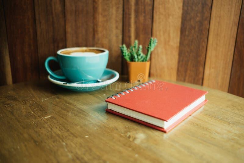 Filiżanka z kawą kierowego kształt na wierzchołka i dzienniczka notatnika placu obrazy royalty free
