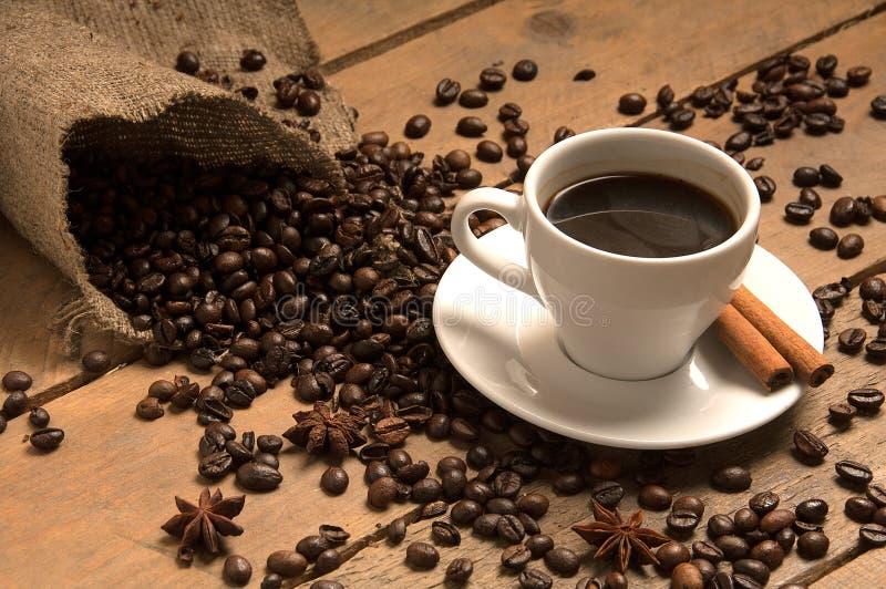 Filiżanka z kawowymi fasolami croissant, cynamon i drewno na zdobyć, obrazy royalty free