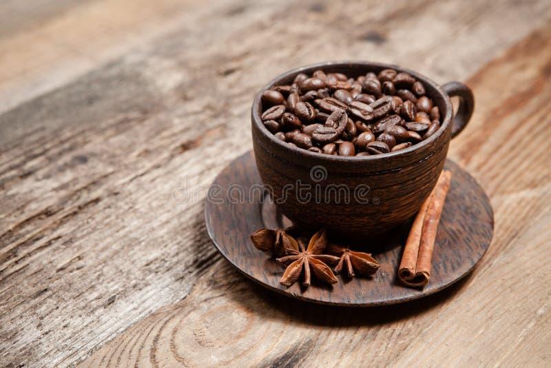 Filiżanka z kawowymi fasolami na drewnianym stole obraz royalty free