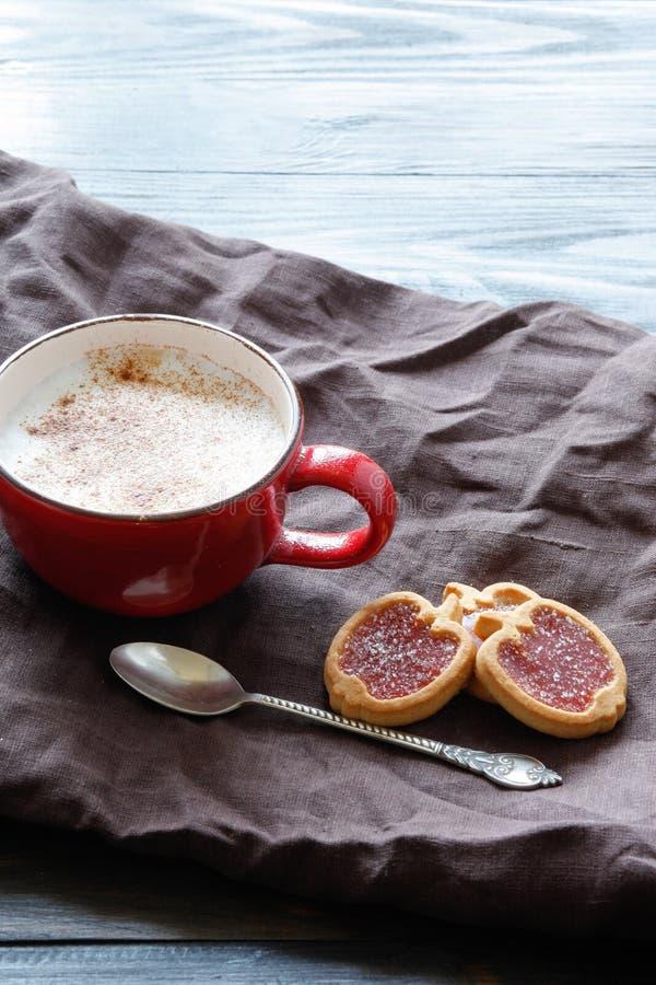 Filiżanka z okwitnięciem i ciastkami kawowym i czereśniowym zdjęcie royalty free