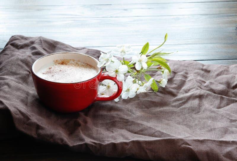 Filiżanka z okwitnięciem i ciastkami kawowym i czereśniowym zdjęcia stock