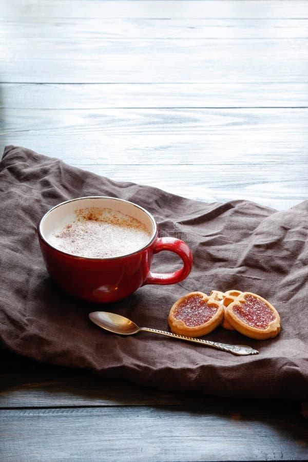 Filiżanka z okwitnięciem i ciastkami kawowym i czereśniowym obraz stock