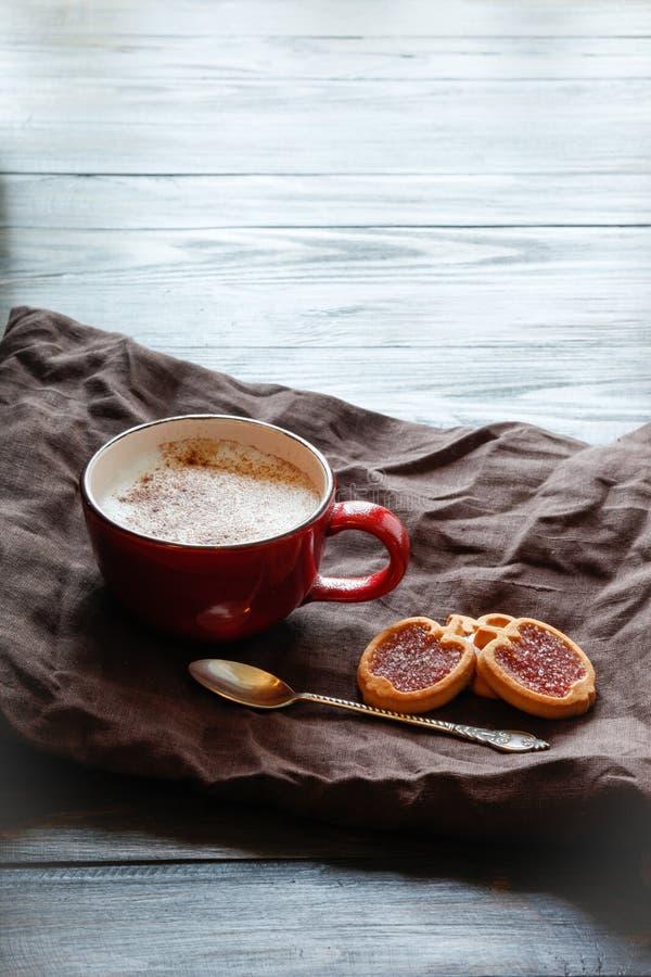 Filiżanka z okwitnięciem i ciastkami kawowym i czereśniowym obrazy stock