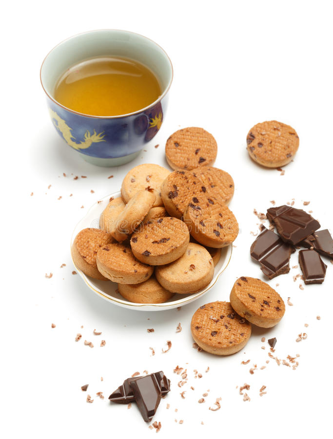 Filiżanka zielona chińska herbata, smakowici biskwitowi ciastka i ciemny chocola, obraz royalty free
