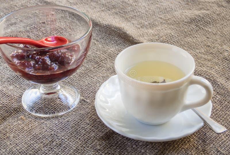 Filiżanka zielona herbata i dżem z dżemem zdjęcie stock