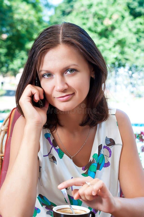 filiżanki cukierniana dziewczyna zdjęcie stock