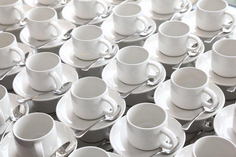 filiżanki czysty rzędów spodeczka teaspoon fotografia royalty free