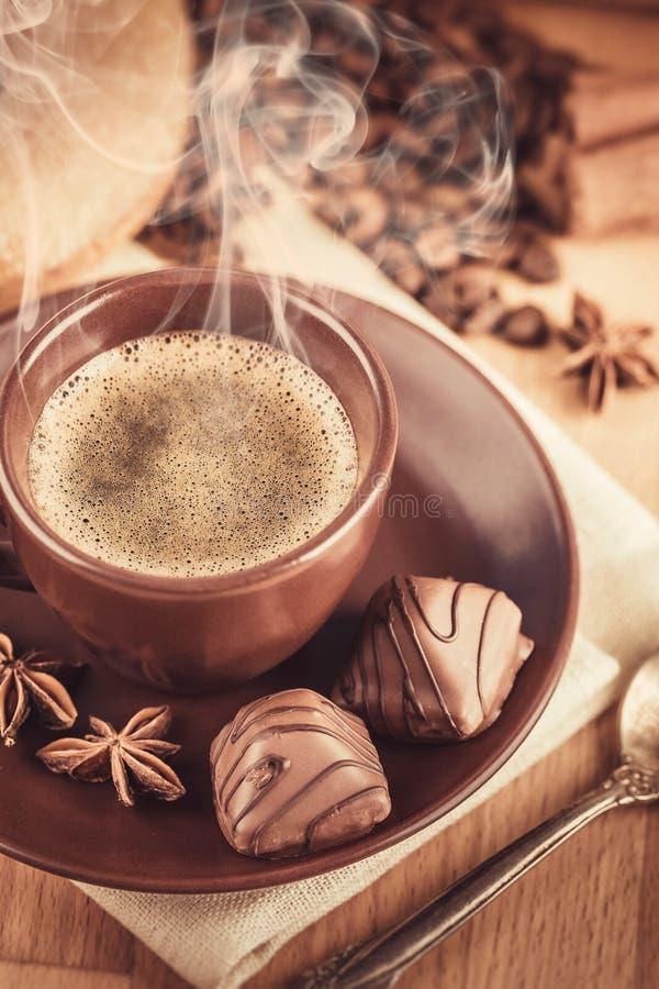 Filiżanki fragrant gorąca kawa z bobową czekoladą zdjęcie royalty free