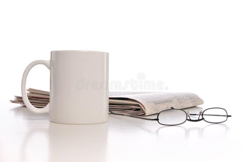 filiżanki gazeta zdjęcie royalty free