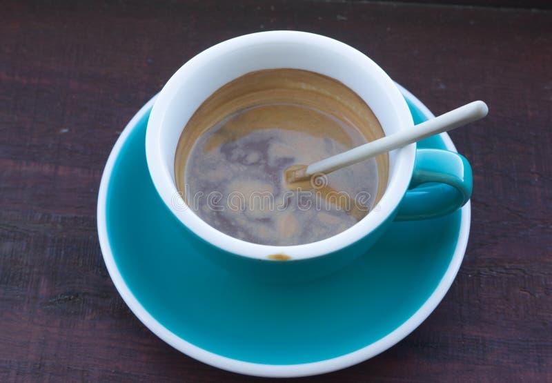 Filiżanki gorąca cappuccino lub latte kawa zdjęcia stock