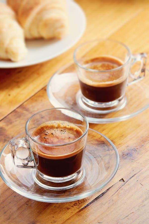 Filiżanki kawa espresso na starym drewnianym stole fotografia stock