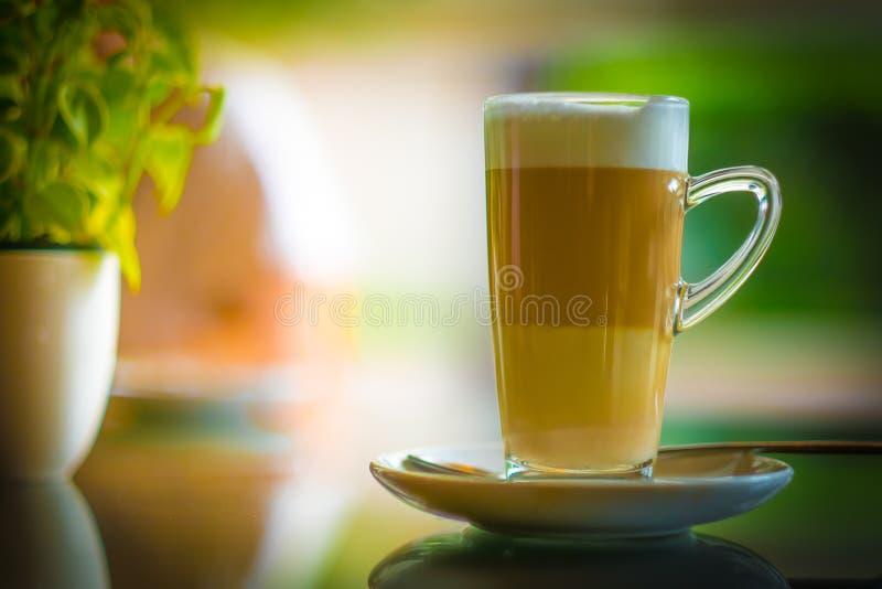 Filiżanki kawy latte macchiato w sklep z kawą zdjęcie stock