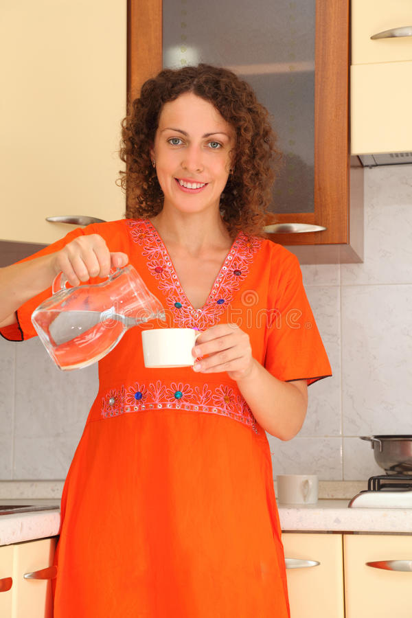 filiżanki kuchenna pozyci wody kobieta obrazy royalty free