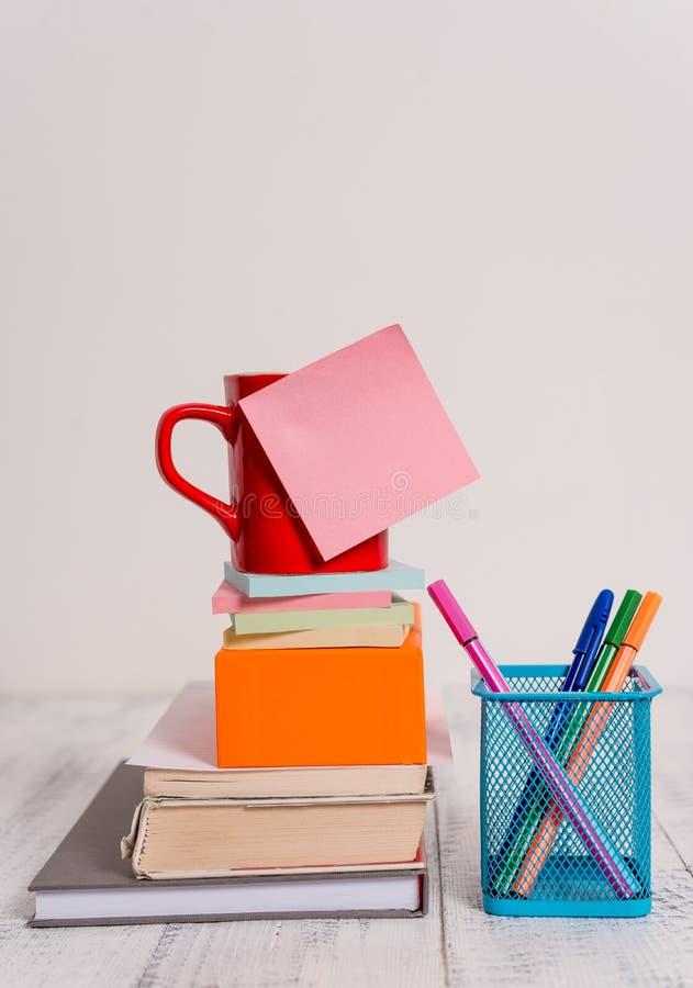 Filiżanki puste miejsce barwił kleista notatka brogującego nutowych ochraniaczów książek kwadratowego pudełka piór metalu właścic fotografia stock