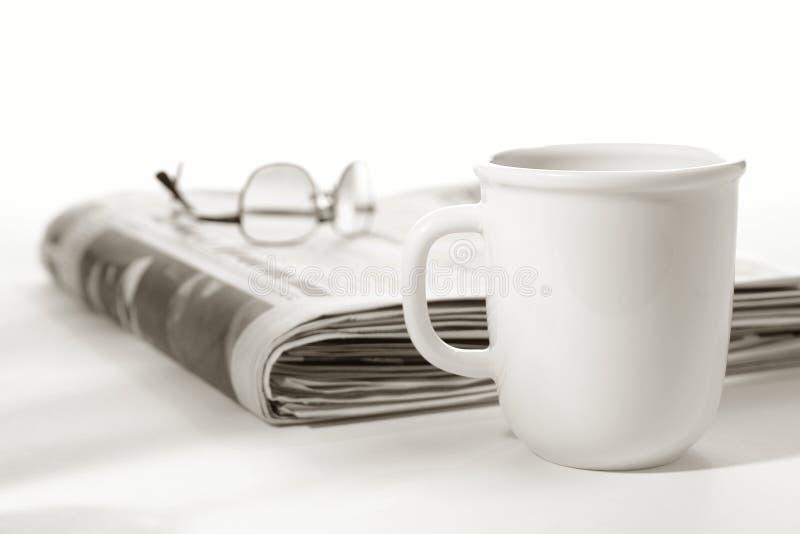 filiżanki szkieł gazety wierzchołek obrazy stock