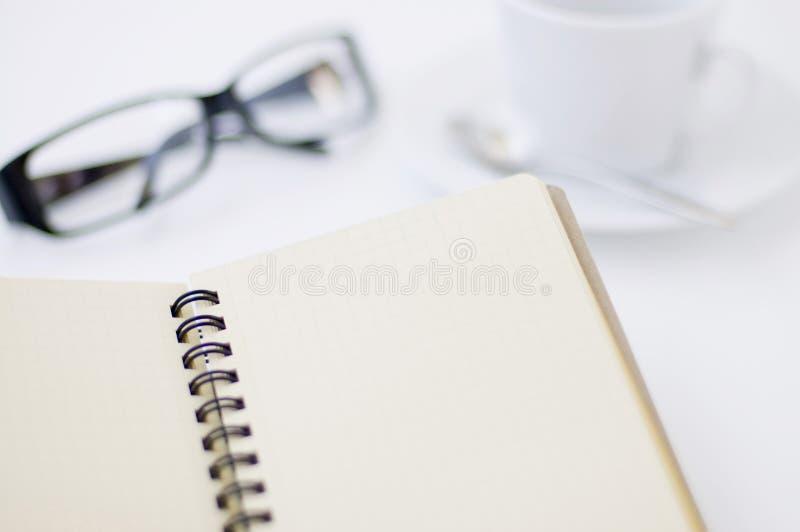 filiżanki szkieł notepad fotografia stock