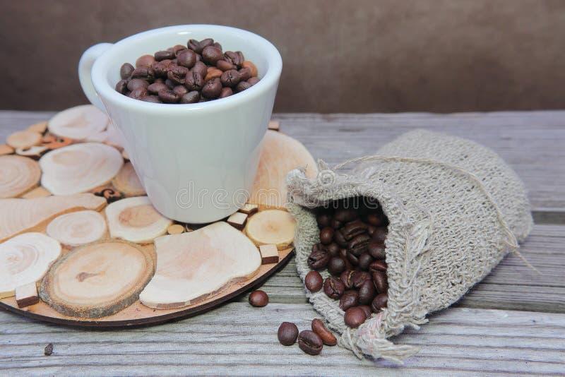 fili?anka groszkuje biel Piec kawowe fasole w prostackiej wyplatającej torbie zdjęcie stock