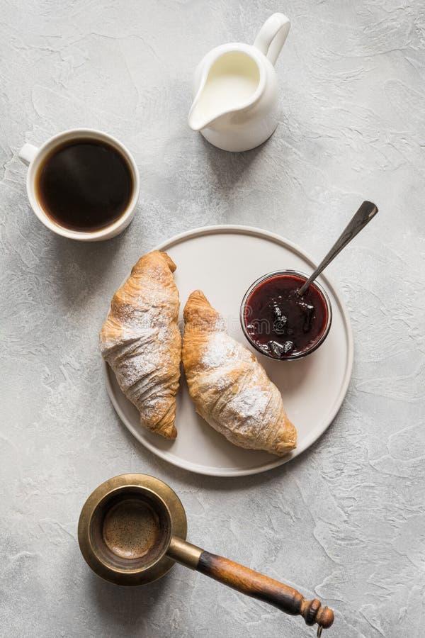 Fili?anka kawy i ?wie?o piec croissants Odg?rny widok Mieszkanie nieatutowy Poj?cie francuza ?niadanie fotografia stock