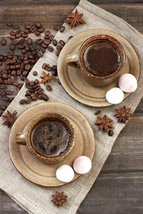 Download Filiżanka Z Bezami Na Stole Obraz Stock - Obraz złożonej z kawa, napój: 53775889